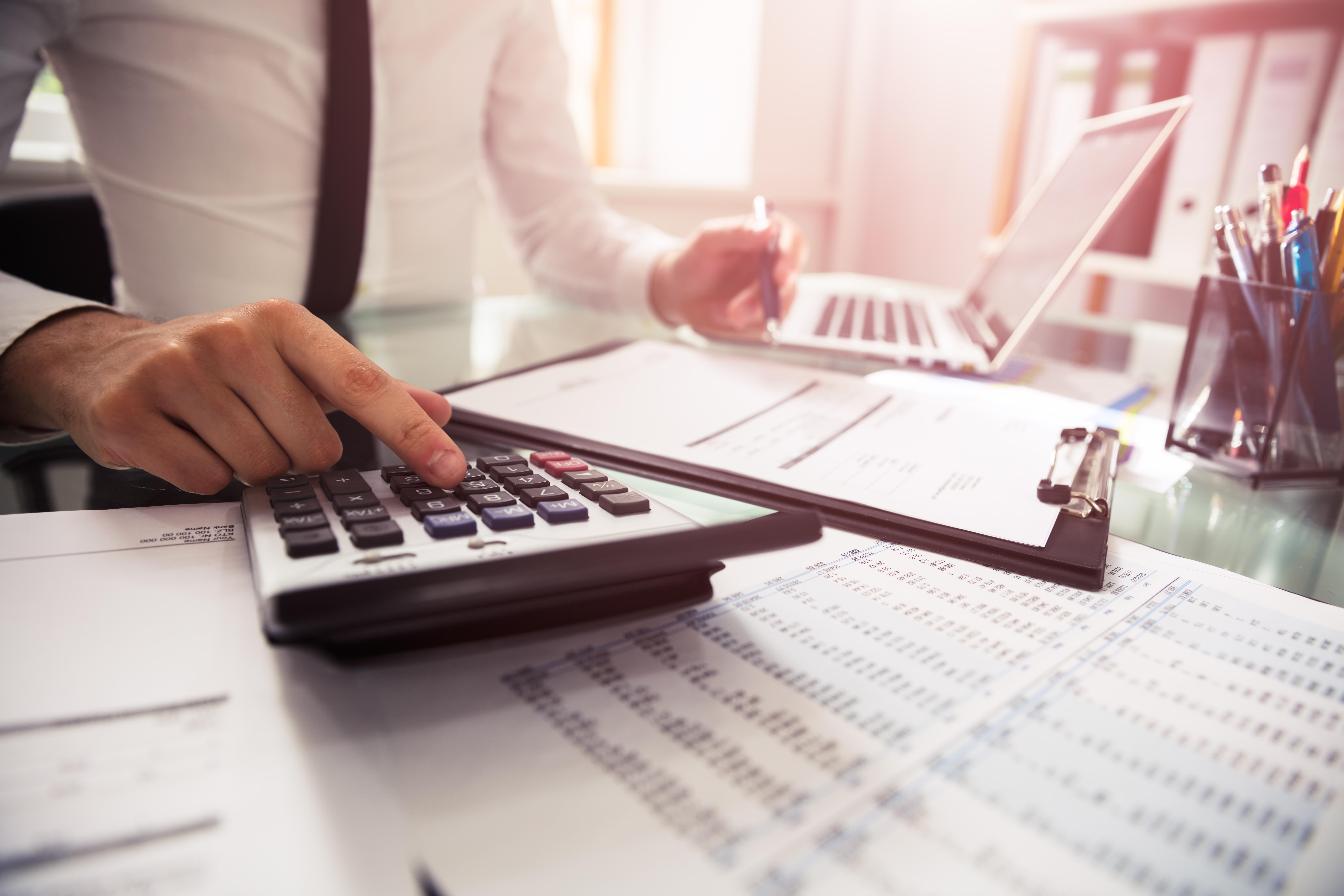 Entra em vigor lei que dispensa licitação para contratação de contador e advogado