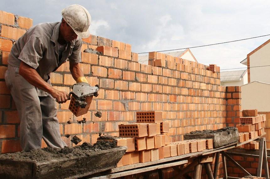Governo vai simplificar licenças para obras de 'baixo risco urbanístico', como de residências